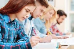 Studenten an den Klassen lizenzfreie stockbilder