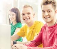 Studenten an der Informatik- und Programmierungslektion Lizenzfreie Stockbilder
