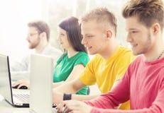 Studenten an der Informatik- und Programmierungslektion Stockbild