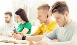 Studenten an der Informatik- und Programmierungslektion Lizenzfreies Stockbild
