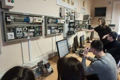 Studenten in der Klasse von Elektrogeräten Schneider Electric lizenzfreie stockfotos