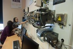 Studenten in der Klasse von Elektrogeräten Schneider Electric lizenzfreie stockfotografie