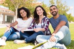 Studenten-in der Schule Campus Lizenzfreies Stockbild