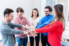 Studenten in der Universität oder im College haften zusammen an Stockbilder