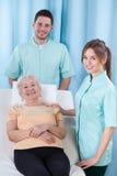 Studenten des Physiotherapeuten und des geriatrischen Patienten Lizenzfreie Stockbilder