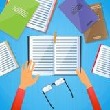 Studenten-Desk Hands Hold-Anmerkungs-Buch las Text-Ebene Stockfotos