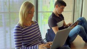 Studenten die aan een taak samenwerken stock video