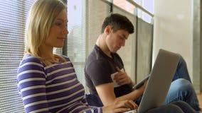 Studenten die aan een taak werken stock video