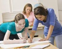 Studenten die aan project in klaslokaal werken stock afbeelding