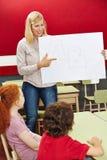Studenten die ABC in basisschool leren stock afbeeldingen