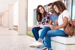 Studenten, die Anmerkungen teilen Stockfotografie