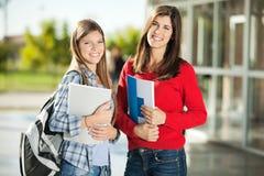 Studenten, die auf dem Campus lächeln Stockfoto