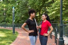 2 Studenten, die auf dem Campus sprechen Lizenzfreies Stockbild