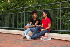2 Studenten, die auf dem Campus sprechen Stockfotografie