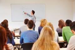 Studenten, die auf Lehrer hören Lizenzfreie Stockfotografie