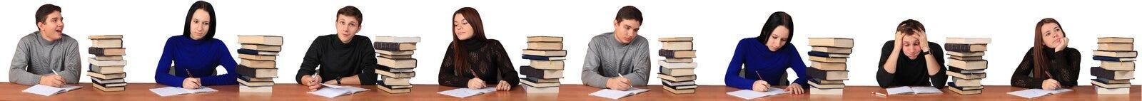 Studenten, die an Aufgabe arbeiten stockfoto