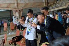 Studenten die beelden nemen tijdens graduatie stock foto