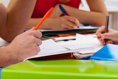 Studenten die belangrijke dingen schrijven stock fotografie