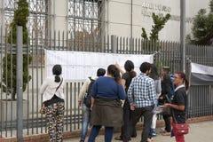 Studenten, die überprüfen in, welchem Raum die ENEM-Prüfung nimmt Lizenzfreie Stockfotografie