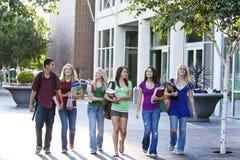 Studenten die Boeken dragen Stock Fotografie