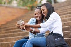 Studenten die celtelefoon met behulp van royalty-vrije stock fotografie