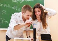Studenten die in chemielaboratorium werken Stock Foto's