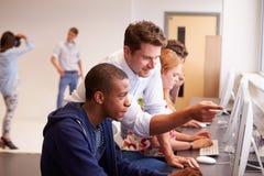 Studenten, die Computer auf Medien-Studien-Kurs verwenden Stockfotos