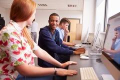 Studenten, die Computer auf Medien-Studien-Kurs verwenden Lizenzfreie Stockbilder