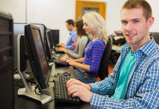 Studenten die computers in de computerzaal met behulp van Stock Fotografie