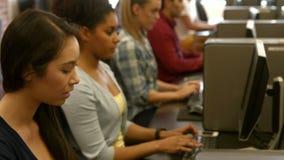 Studenten die computers met behulp van stock videobeelden