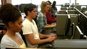 Studenten die computers met behulp van stock footage