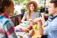 Studenten, die das Mittagessen Café im im Freien genießen stockbild