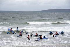 Studenten, die das Surfen an ballybunion Strand unterrichtet werden lizenzfreie stockfotos