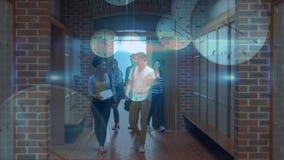 Studenten die de school ingaan stock footage