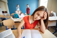 Studenten, die in der Schule hinter Mitschülerrückseite klatschen stockfoto