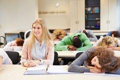 Studenten, die in der Schulklasse schlafen Lizenzfreies Stockfoto