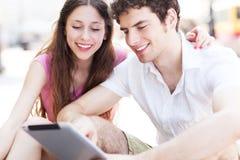 Studenten die digitale tablet bekijken Stock Foto