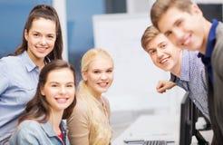 Studenten, die Diskussion in der Schule haben Stockfotos