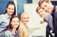 Studenten, die Diskussion in der Schule haben Lizenzfreies Stockbild