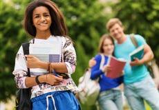 Studenten die in een stad lopen stock foto's