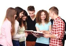 Studenten die en notitieboekjes spreken houden stock foto's