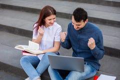 Studenten, die Erfolg feiern lizenzfreies stockfoto