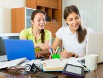 Studenten, die für Prüfung sich vorbereiten lizenzfreie stockfotografie