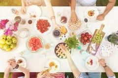 Studenten die gezond voedsel eten royalty-vrije stock fotografie