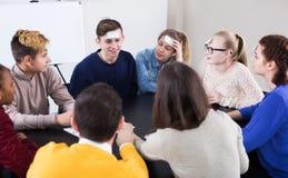 Studenten die gissing-wie spelen spel stock foto's