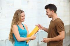 Studenten, die glückliches im Freien sprechen stockbild