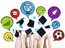 Studenten die Graduatiehoeden met Snelheidsbel werpen Stock Foto's