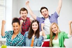 Studenten die handen omhoog houden op school Royalty-vrije Stock Foto's