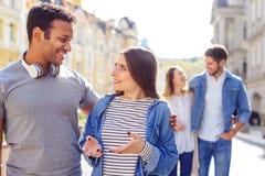 Studenten, die heraus auf dem Campus hängen Lizenzfreies Stockfoto