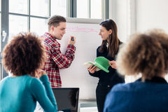 Studenten die ideeën en adviezen delen terwijl brainstorming tijdens a stock foto